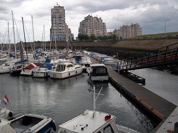jachthaven in breskens met op de achtergrond port scaldis appartementen