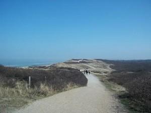 over de duinen wandelen in natuurgebied de Manteling bij Oostkapelle