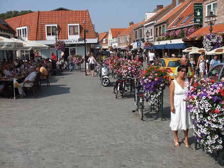 terrasjes en winkelen in Sluis, Zeeuws-Vlaanderen