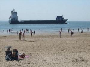 schepen varen dichtbij langs