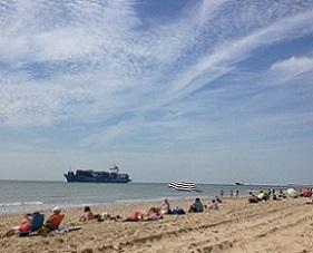 boten kijken op het strand