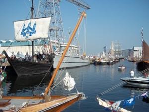 de dokhaven met de afgemeerde boten