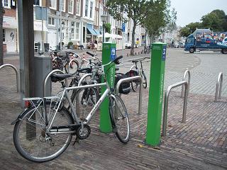 fiets opladen op het Damplein in Middelburg