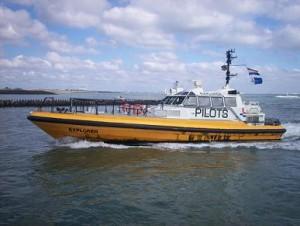 loodsboot vaart terug naar de haven