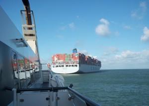 veerboot passeert containerschip