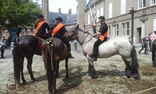 ringrijders op paarden