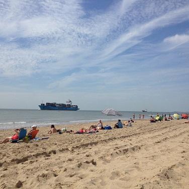 zeeschip passeert strand van Dishoek