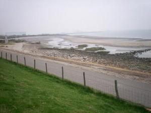fietsen langs dijk en zee