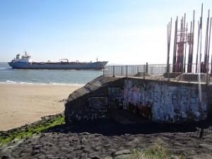 bunker uit de tweede wereldoorlog op het strand van vlissingen