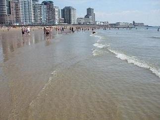 het strand loopt langzaam af in zee