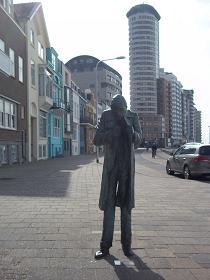 standbeeld man die sigaret aansteekt op boulevard