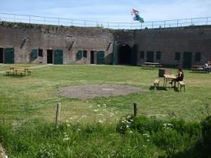 op de binnenplaats van het fort staan wat bankjes om te zitten