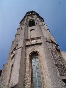 de abdijtoren is 90 meter hoog