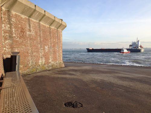 kijken vanaf de langste bank naar de schepen op de westerschelde