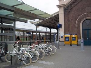 leenfietsen op treinstation