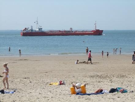 schepen varen dichtbij het strand van vlissingen