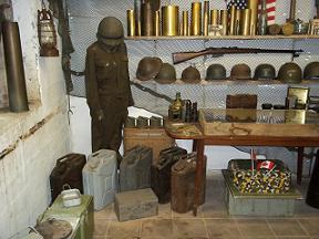 binnenin de bunker worden zaken tentoongesteld