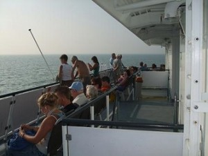 buiten zitten aan boord van de fast ferry