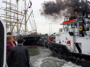 een sleepboot trekt de kruzenshtern de sluis in Vlissingen