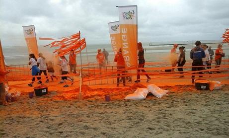 de oranje doorgangspost op het strand Vlissingen