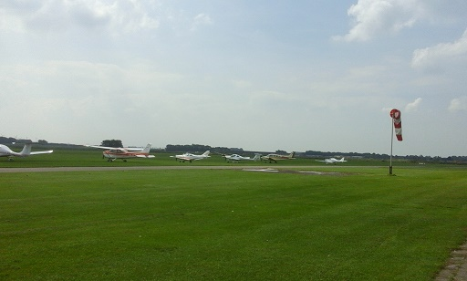 vliegveld midden zeeland met vliegtuigen in het gras