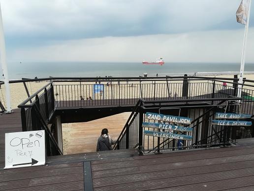de trap naar het zandpaviljoen