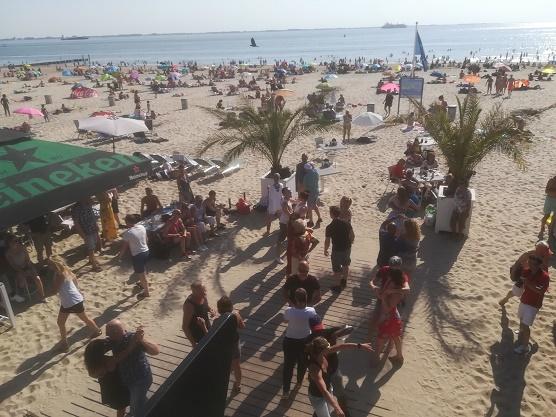 salsa dansen bij pier 7 op het strand in Vlissingen