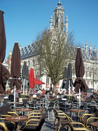 Markt Middelburg met stadhuis en terrasjes