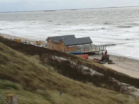 Vloed Dishoek strand wordt erg smal
