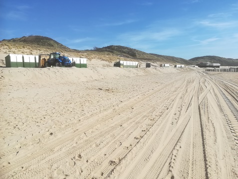 strandhuisjes in opbouw zoutelande strand