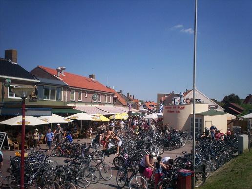Zouteland Langstraat terrasjes en fiets parkeren