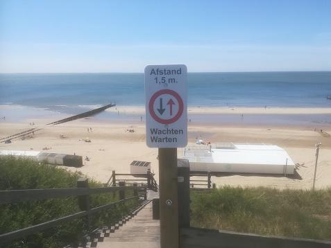 borden bij trappen strand