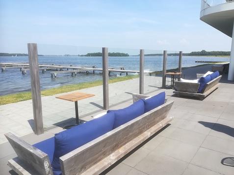 loungebanken op terras hotel Veerse Meer