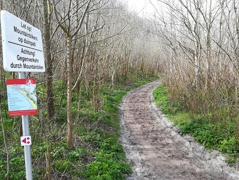 mountainbike bord voor de steile trap bij Groot Vakenisse
